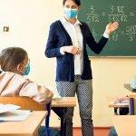 Yüz yüze eğitim, maskeli öğrenciler ve öğretmen
